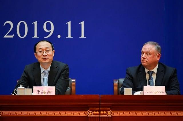 中共國家禁毒委員會辦公室副主任于海斌(左)在11月7日於邢台舉行記者會,邀請美方國土安全局暨海關執法局官員(右)出席。(AFP via Getty Images)