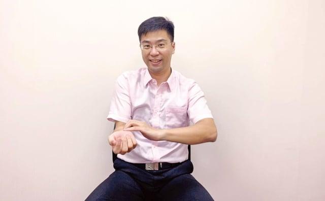 通過簡單的自我檢測動作,能判斷是否可能患有腕隧道症候群。(陳冠誠提供)