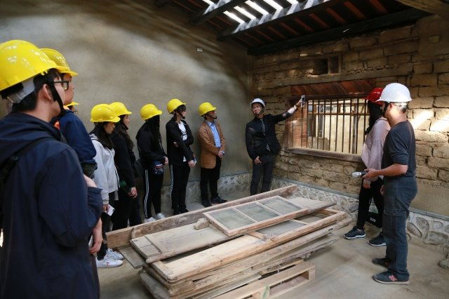 參訪新埔潘屋,了解古蹟修復過程。(新竹縣文化局提供)