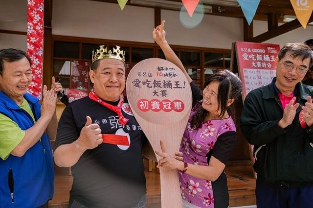 台東游姓市民吃了近3斤的壽司米飯,勇奪愛吃飯桶王台東市初賽冠軍。(台東縣政府提供)