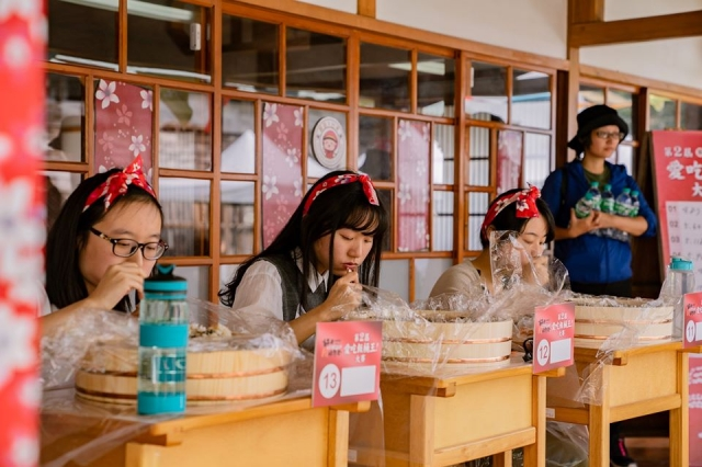 台東好米收冬祭在台東縣客家學堂辦理第二屆愛吃飯桶王大賽初賽,參賽者大口吃壽司飯。