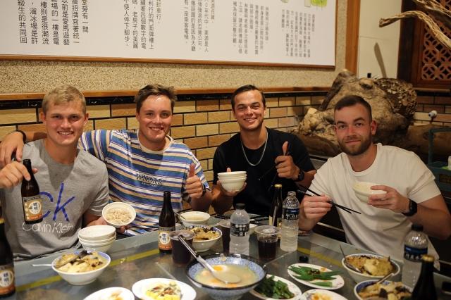 難得見洋人吃中式料理,四人中只有一人使用筷子。