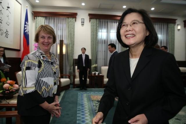 總統蔡英文(右)11日在總統府接見美國外交政策全國委員會會長艾略特(Susan Elliott)(左)等人 。(中央社)