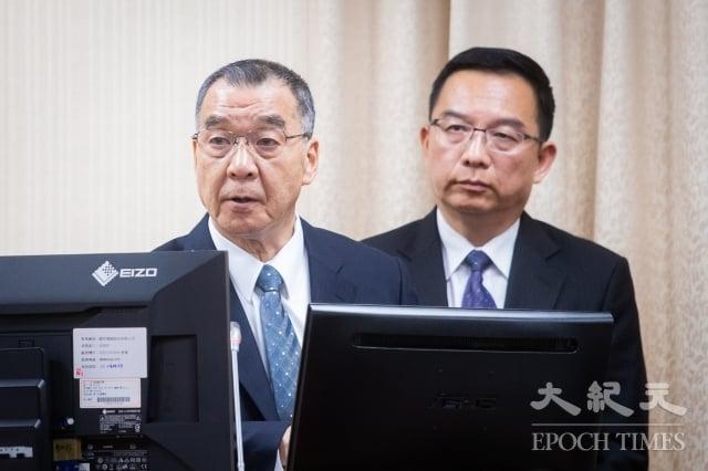 國安局長邱國正(左)11日出席立法院外交及國防委員會,針對「2020總統大選維安整備工作」進行報告。(記者陳柏州/攝影)