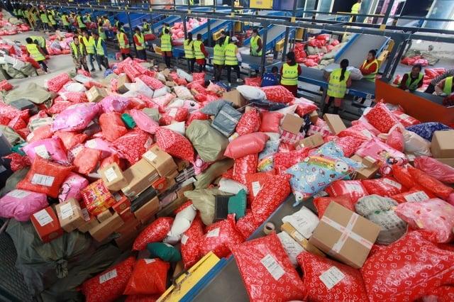 「雙11」網購後的快遞包裝廢棄物應由誰來買單?圖為2019年11月11日,江蘇揚州邗江區俞橋郵件處理中心。(大紀元資料室)