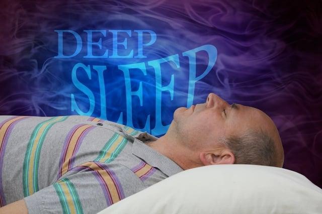 熟睡期的腦電波刺激大腦分泌腦脊液,負責清除大腦中的毒素蛋白,對神經功能退化類疾病,如阿茲海默症(Alzheimer's)起到重要的免疫作用。(ShutterStock)