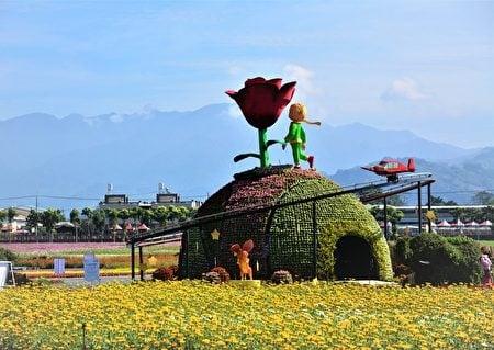 新社國際花毯節以「愛與希望—小王子的星球之旅」為主題,每天整點動態呈現小王子與玫瑰相逢場景。(記者賴瑞/攝影)