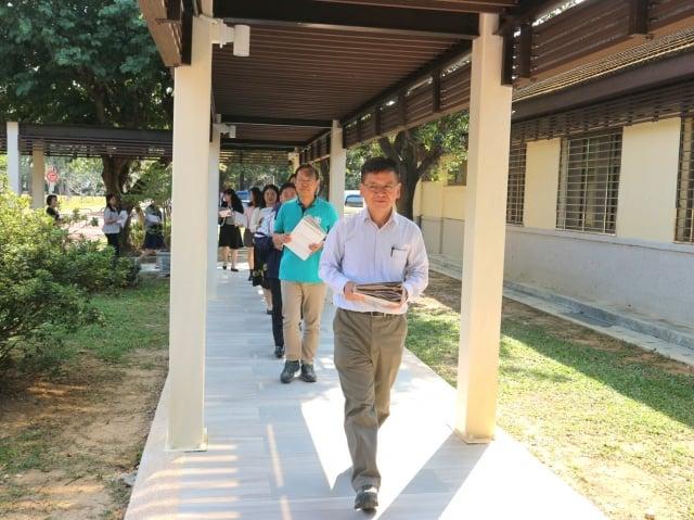 由江明郎局長帶領同仁合力把石建會時期的1,700卷接力送入檔案庫房。