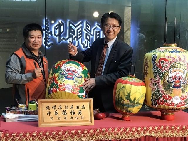 13日記者會現場,邀請到燈籠老師傅(左)到場解說傳統燈籠製作過程。