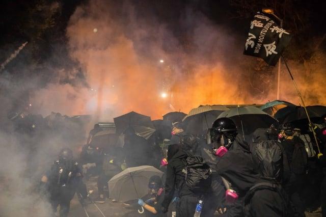 11月12日晚上,港警闖入香港中文大學校園,連續4小時不間斷、密集發射催淚彈及橡膠彈,令校園宛如戰場。(DALE DE LA REY/AFP via Getty Images)
