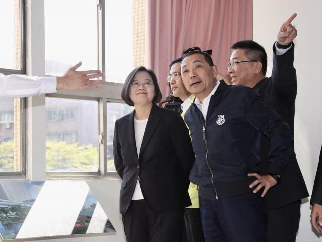 總統蔡英文(前左)13日在新北市保二總隊基地出席「警消社會住宅及辦公廳舍公辦都更專案里程碑」記者會。(中央社)