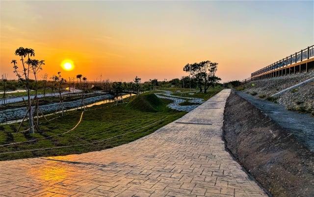 爭取了2千多萬完成了大甲溪文曲里區段的這個堤岸公園,讓髒亂的河川地變成一美輪美奐的休閒綠地。 (蔡其昌辦公室提供)