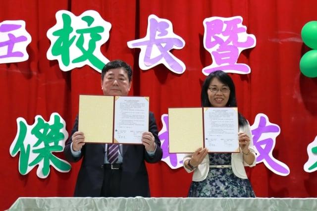 簽約-左起盛弘公司董事長劉慶文陳寶慧校長。
