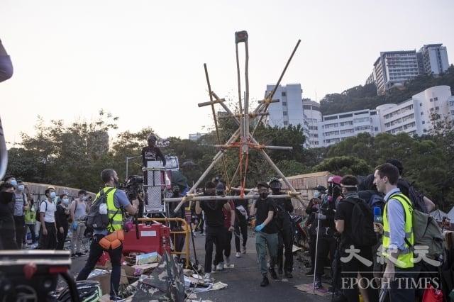 2019年11月13日,警察闖進香港各大學校園,狂轟濫捕青年學生。學生日夜扺抗。圖為中大學生校園門口二號橋位置設置路障,阻擋警察進入校園。(記者余鋼/攝影)