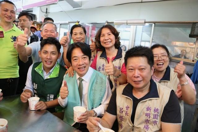 賴清德替民進黨中壢區立委參選人彭俊豪輔選,享用美食。