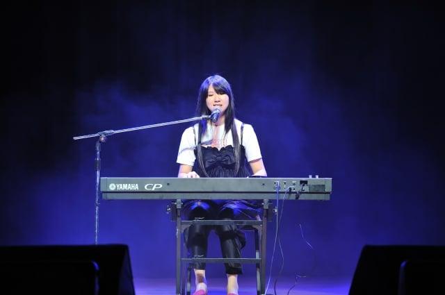 黃瑋琪自彈自唱。(身心障礙者藝文推廣協會提供)