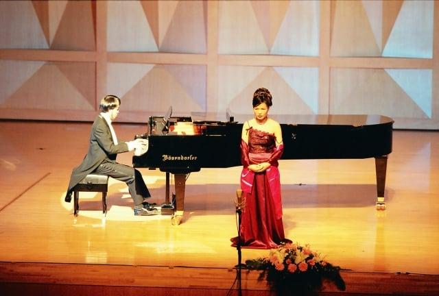 朱萬花與視障鋼琴家黃東裕聲樂演出。(身心障礙者藝文推廣協會提供)