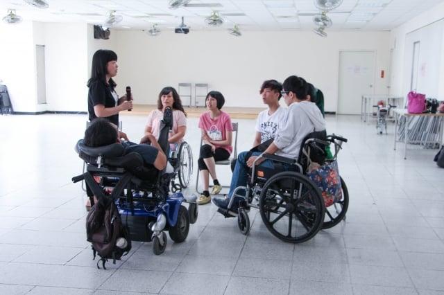 朱萬花教身障者唱歌。(身心障礙者藝文推廣協會提供)