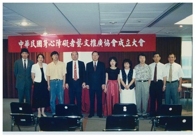 前法務部長廖正豪(左五)的號召,社會賢達與視障音樂家共同成立協會。 左二游雪美,左三蕭煌奇,右五朱萬花。(身心障礙者藝文推廣協會提供)