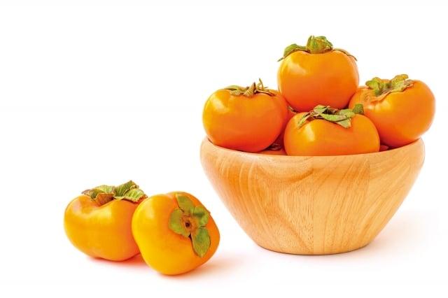 秋天盛產柿子,也有俗語說:「霜降吃柿子,冬天不感冒。」意思是深秋後吃柿子可讓冬天較不容易感冒。(shutterstock)