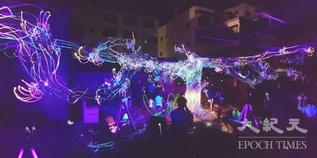 一銀巷的藝術裝置營造「螢光」絢麗的光蟲世界,傾瀉在整條巷中,相當夢幻。(記者賴友容/攝影)