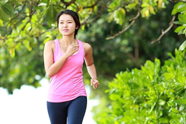 冬天運動可有效瘦身,不僅幫助燃脂和燃燒大量的卡路里,還可以幫助增強肌肉量,來看看以下8個優點。(Shutterstock)