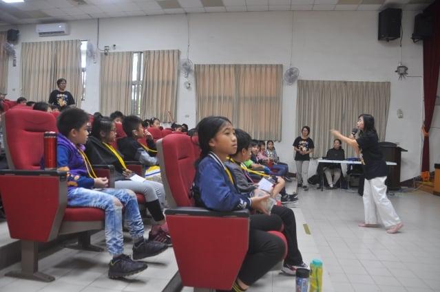 悠遊老師趙翠榕在課堂上講述漢字真美麗,寫毛筆更是要靜心,只有靜下心來練才會把字寫好。