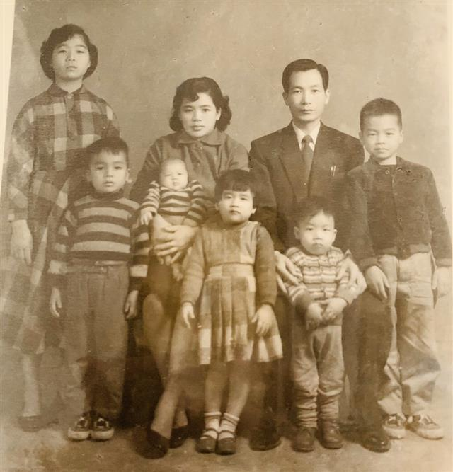 邱議長(最右)與家人合照,攝於民國45年。(邱文彬提供)