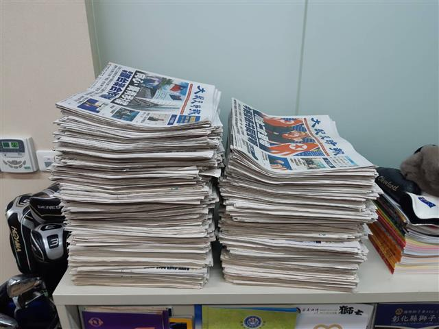 邱總裁每天閱讀大紀元,他覺得這是一份了不起的報紙,閱讀之後每一份報紙都收藏起來。(邱文彬提供)