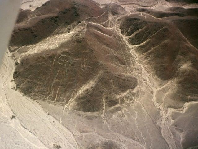 關於這個長30公尺,有著貓頭鷹眼睛的人形納斯卡線,有學者推估是帕拉卡斯人的作品。(維基百科)
