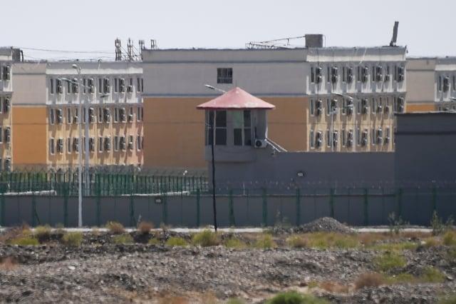 圖為2019年6月2日在中國西北新疆地區喀什市以北的一處所謂的市職業技能教育培訓服務中心,關押了多名維吾爾族穆斯林。(GREG BAKER/AFP)