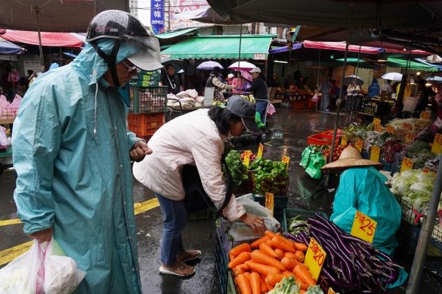 行政院主計總處5日公布11月消費者物價指數(CPI) 年增0.59%,扣除蔬果、能源後的核心CPI年增0.55%。(中央社)