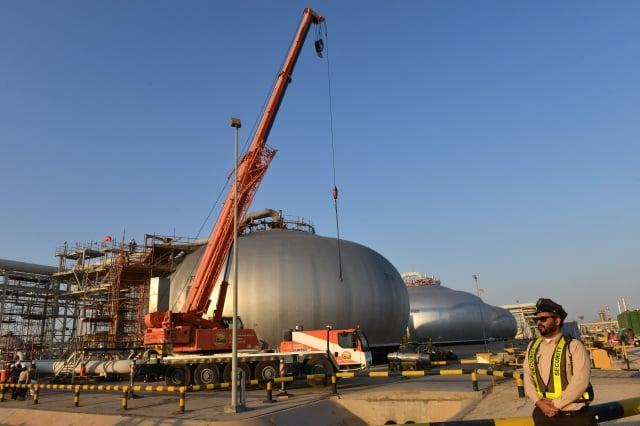 圖為沙烏地阿美石油公司(Saudi Aramco)的煉油廠。(FAYEZ NURELDINE/AFP via Getty Images)