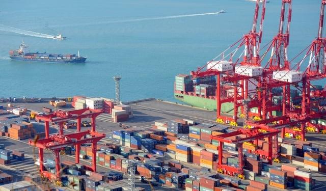 今年韓國出口可能較去年下滑10.2%。圖為韓國港口釜山。(PARK JI-HWAN/AFP via Getty Images)