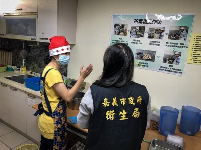 衛生局人員輔導查核廚房環境整潔。