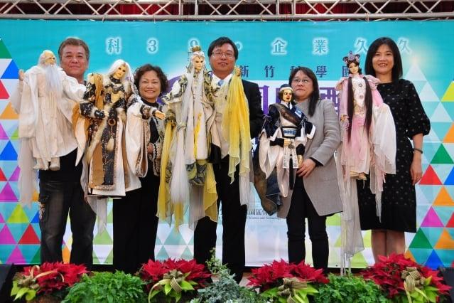 看到漂亮的布袋戲,竹科管理局局長和副局長等人都躍躍欲試,並開心合影