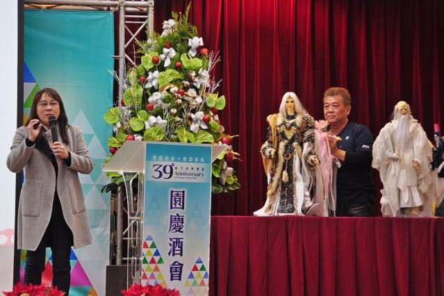 霹靂公司副總經理黃文姬(左)以「霹靂布袋戲-文化傳承與創新發展」為題演說
