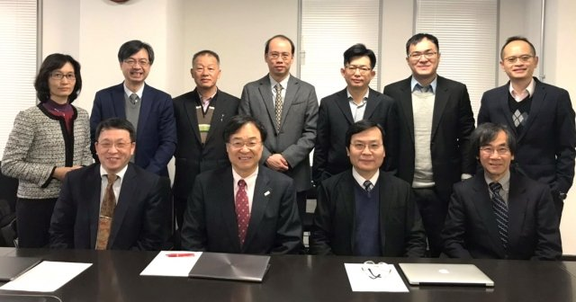 中原大學工學院院長鍾財王(前排右二)率領教授團隊赴日本東京大學交流。