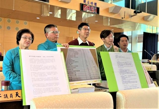 江肇國(右2)表示,整個台中市府上上下下都在搞網路、都在搞LINE社群;他請市長好好帶領各局處長,不要只想靠網路帶風向。(記者黃玉燕/攝影)