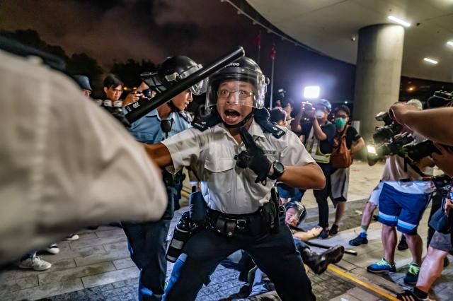 《遠見雜誌》13日公布調查顯示,受香港反送中影響,台灣民眾30.7%對大陸印象變差、赴陸發展意願下滑至18.2%。圖為港警資料照。(Anthony Kwan/Getty Images)