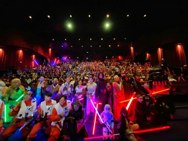 500人一齊高舉光劍齊喊「原力與你同在」。(迪士尼影業提供)