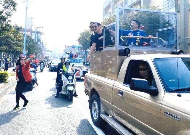 前總統馬英九6日上午陪同魯明哲車隊掃街。(記者徐乃義/攝影)