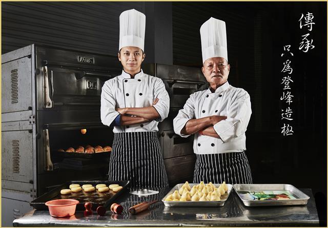 擁有60年做餅經驗的創始人林敬賢(右) 先生,期盼現任老闆可以精益求精,讓更多人可以吃到完美風味的綠豆椪。(林記餅舖提供)