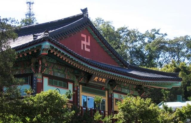 南韓首爾佛寺上的卍字。(維基百科)