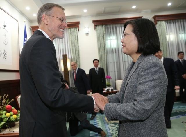 總統蔡英文(右)12日接見美國在台協會(AIT)台北辦事處長酈英傑(Brent Christensen)(左)。(中央社)
