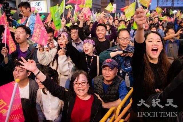 第15任總統副總統及第10屆立法委員選舉1月11日下午4時開票作業開始,總統蔡英文台北競選黨部外聚集大批支持民眾等待開票結果。(記者陳柏州/攝影)