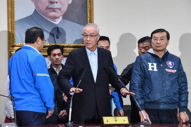 2020總統立委選舉國民黨大敗,黨主席吳敦義(前中)11日表示,他將率副主席、一級主管以上向中常會請求允許總辭。(中央社)