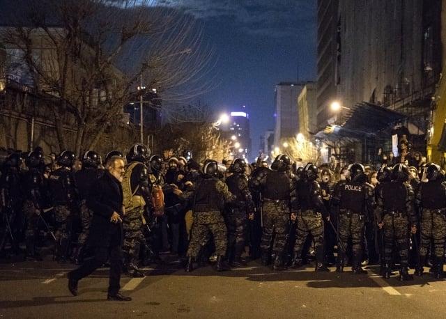 伊朗的反政府抗議1月13日進入第三天,影片傳出槍聲及流血畫面。(AFP)