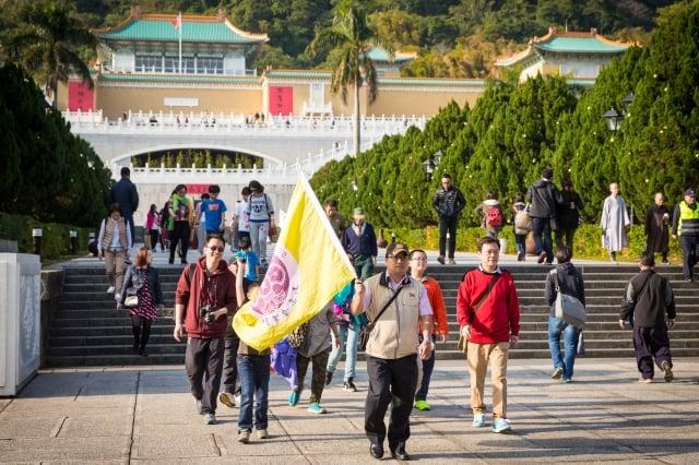 交通部長林佳龍表示,中共限縮陸客來台灣旅遊,是損人不利己的做法。圖為陸客到故宮旅遊。(記者陳柏州/攝影)