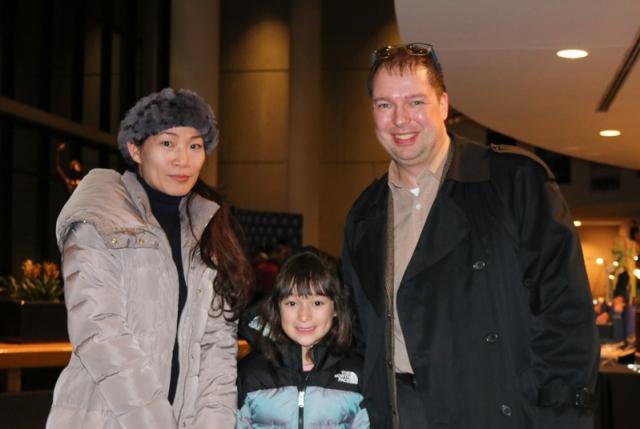 美國國務院外交官白龍先生和太太陳女士帶女兒在喬治梅森大學藝術中心觀看神韻演出。 (記者亦平/攝影)